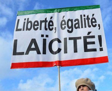 La République française est laïque. Photographie d'une pancarte militant pour l'application de la laïcité brandie lors d'une manifestation relative au mariage (Paris, 2013)