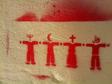Pochoir illustrant le dialogue interreligieux avec 4 personnages représentant le judaïsme, l'islam, le christianisme et l'hindouisme