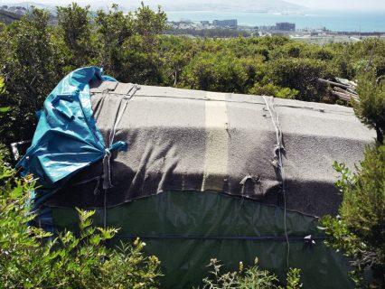 Un abri de bache dans le bush, campement de Malabata près de Tanger