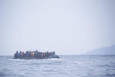Photo de réfugiés sur un bateau en Méditerranée