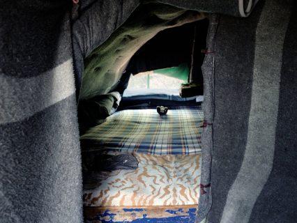 Intérieur d'un abri dans le campement de Malabata, Tanger