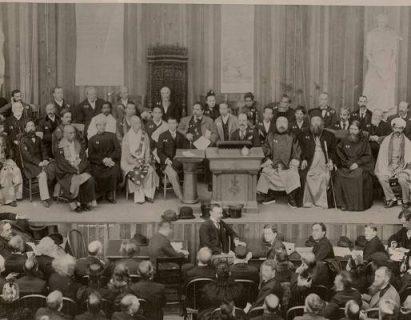 Photographie d'une session du Parlement des religions qui s'est tenu en 1893 durant l'Exposition universelle de Chicago