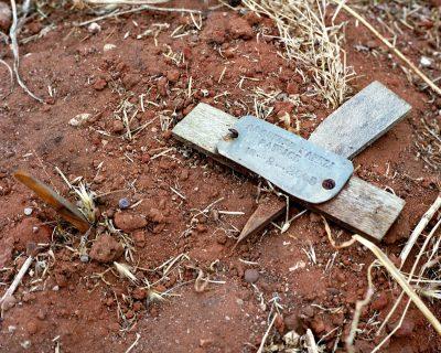 Reste de croix de bois sur le sol