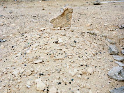 Tombe : tas de terre et cailloux surmonté d'une pierre