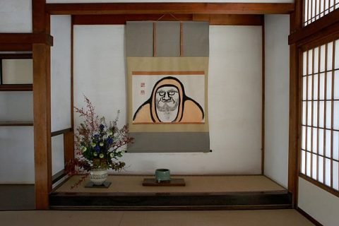 Photographie d'un tokonoma avec des fleurs et un tableau