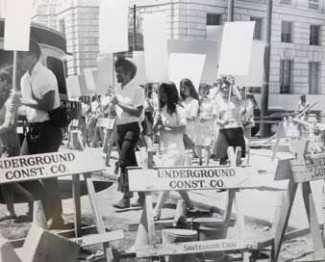 photographie de la performance Blank Placard Dance, organisée par Anna Halprin à San Francisco en 1967