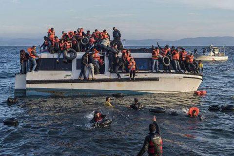 Migrants sur un bateau arrivant à Lebos