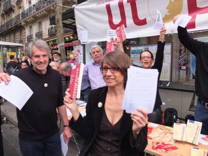 Adhérents et directeur d'Utopia, vente de livres dans la rue