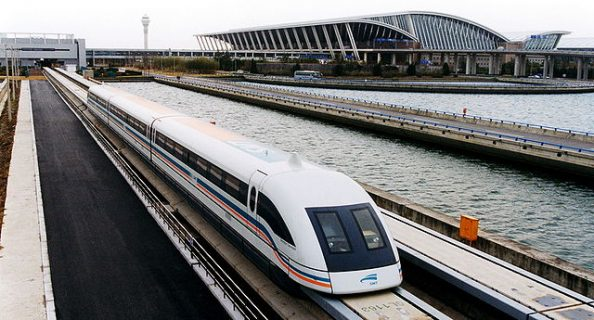 un train Maglev sortant de l'aéroport de Pudong