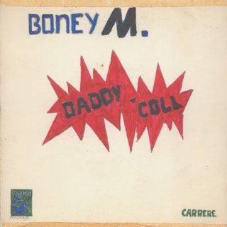 Couverture artisanale du 7'' « Daddy Cool » de Boney M. Dessinée à la main par un enfant, elle comporte une faute d'orthographe (coll à la place de cool).