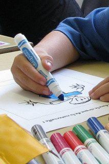 enfant dessinant un bonhomme
