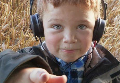 Visage d'enfant portant un casque audio