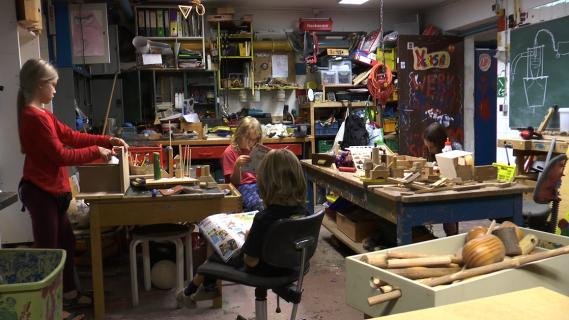 Photographie d'enfants dans un atelier