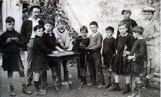 photographie de Célestin Freinet et de ses élèves