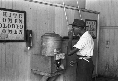 photographie d'un Noir tirant de l'eau d'une fontaine réservée aux gens de couleur