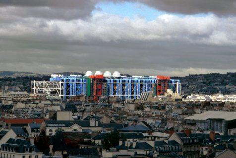 Les couleurs de la facade du Centre sur une vue éloignée