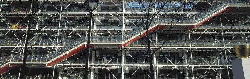 L'escalator vitré ou chenille apparent, sur la façade ouest