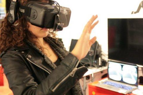 personne avec un casque de réalité virtuelle