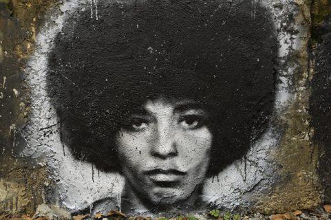 Portrait d'Angela Davis, graff sur un mur