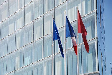 bâtiment transparent avec drapeaux