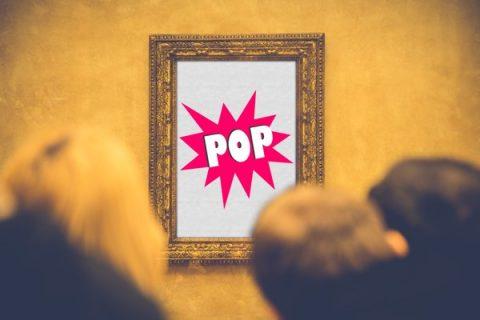 """Personnes regardant un tableau sur lequel est écrit """"pop"""" (montage)"""