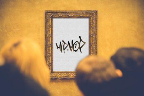 """Personnes regardant un tableau sur lequel est écrit """"hip-hop"""" (montage)"""