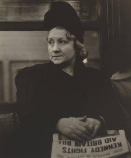 Portrait d'une femme dans le métro