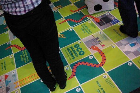 Photographie d'un jeu sur tapis avec des adultes