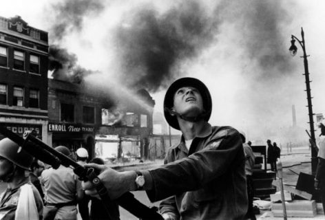 Photo du garde national Gary Ciko guettant les snipers lors de l'incendie des immeubles de Linwood Street à Detroit en 1967