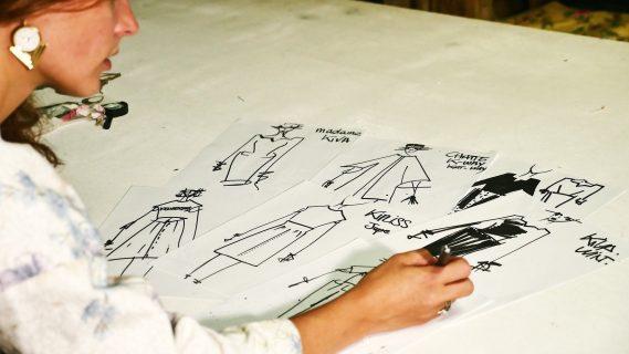 Styliste dessinant des modèles