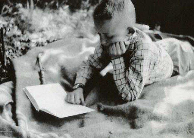 Jean Echenoz enfant en train de lire