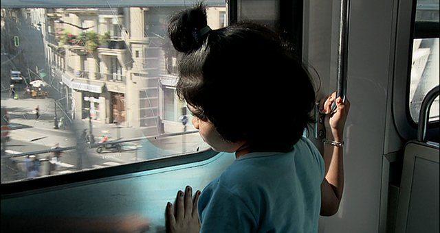 image du film : fillette à une fenêtre