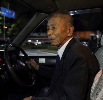 Un homme âgé dans son taxi