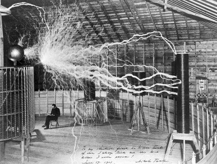 Tesla dans son laboratoire environné d'éclairs