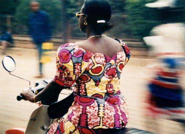 femme africaine sur une vespa, extrait du film Vacances prolongées