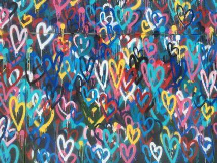 Graffitis de coeurs multicolores