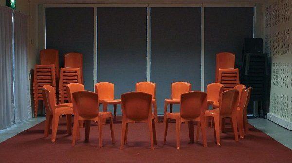 Les chaises installées en cercle dans l'atelier