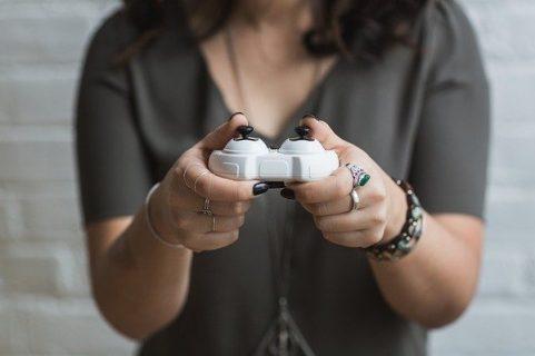 Une fille joue aux jeux vidéo