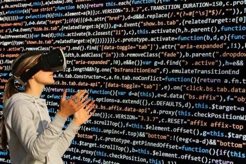 Femme avec casque VR découvrant du code