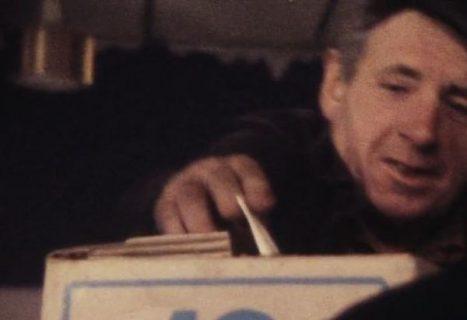 Un ouvrier met un bulletin dans l'urne