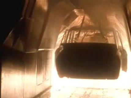 Une carcasse de voiture dans une forge
