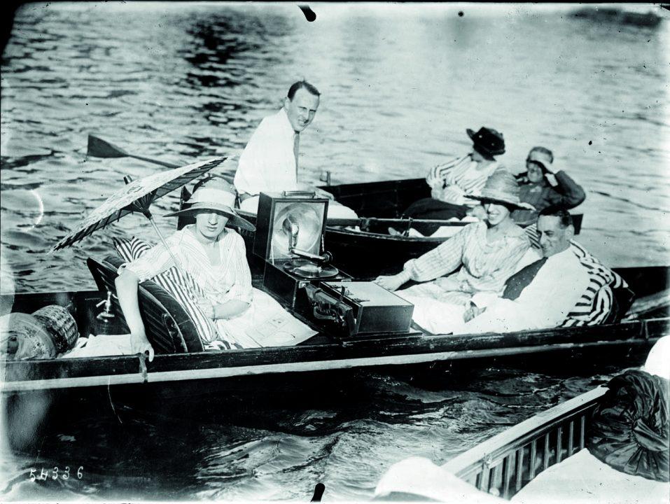 Photographie, au début du XXe siècle, d'une promenade en barque avec gramophone