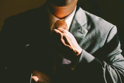 homme faisant son noeud de cravate