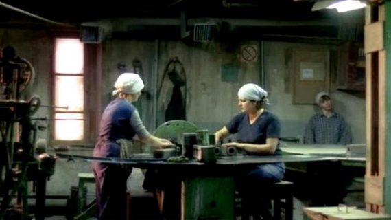 Deux femmes devant un établi