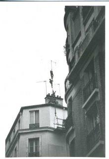 deux hommes sur une antenne