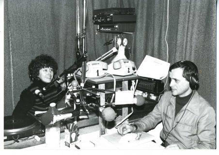 Deux journalistes devant leurs micros