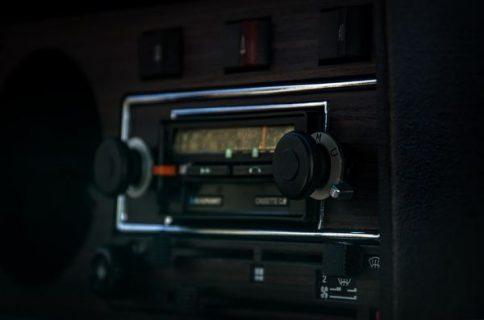 Un poste de radio dans une voiture la nuit