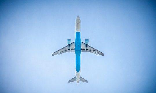 Un avion en vol vu de la terre