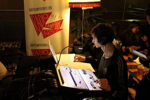 Studio de Radio Campus Paris la nuit