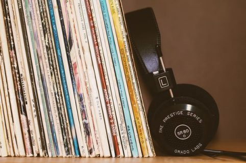 Des vinyls et un casque d'écoute